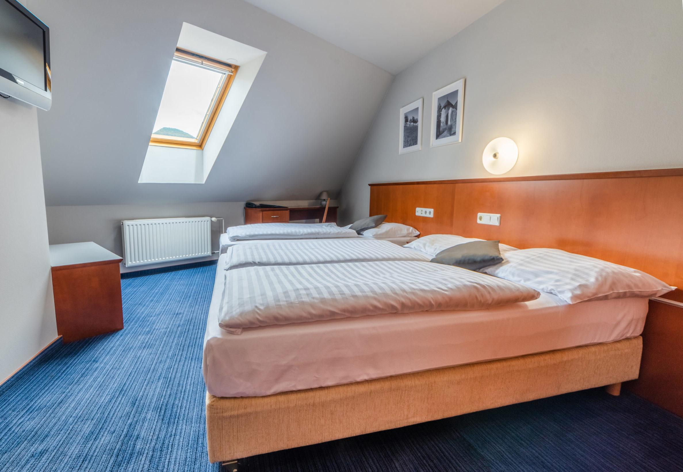 Dvoposteljna soba z dodatnim ležiščem